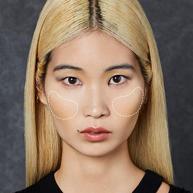 腮紅位置 腮紅為妝容中能畫龍點睛的步驟,腮紅畫法建議於兩頰蘋果肌向外暈染 即可簡單打造自然好氣色